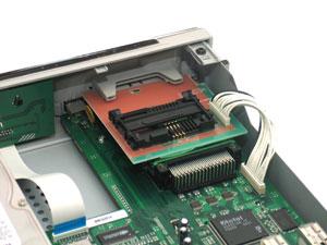 EV8000S оснащен двумя Ci-слотами для модулей доступа и одним картоприемником Conax