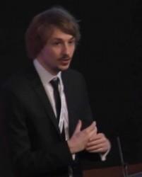 Дениэл Симмонз (Daniel Simmons), занимающий должность старшего аналитика отдела ТВ-технологий в IHS