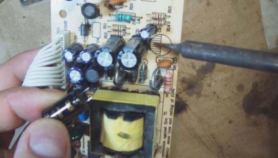 Приступаем к следующему конденсатору (от 10В, 1000 мкФ). Припаиваем его